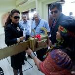 Kátia Abreu recebe moto-serra de ouro. Greenpeace