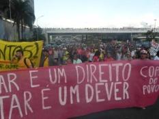 Duas mil pessoas seguem rumo ao Estádio Nacional (terça-feira, 27/05)